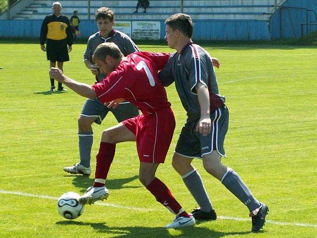 Domácí útočník Klupák (č. 7) se sice tentokrát gólově neprosadil, ale připravoval spoluhráčům dobré šance.
