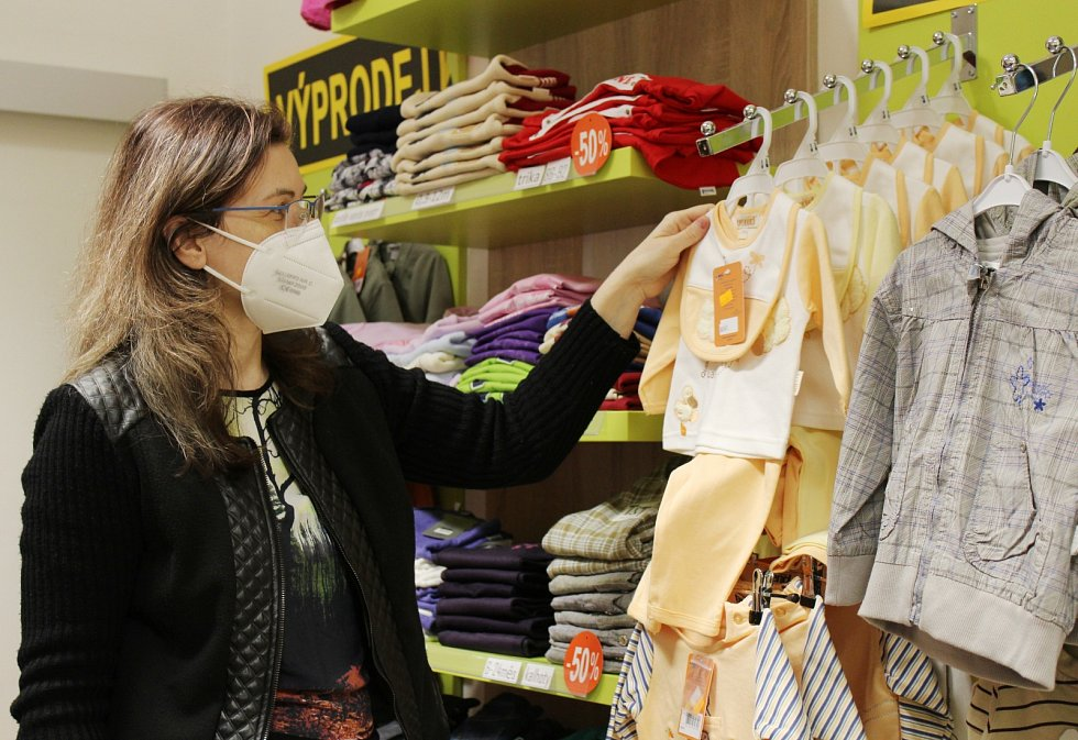 Po dlouhých týdnech svůj obchod s dětskou módou v litoměřické ulici 5. května otevřela i Zdeňka Sirůčková.