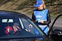 Dopravní policie a BESIP rozdávali řidičům na Litoměřicku nealko pivo a drobné dárky, pokud byly bez prohřešku.