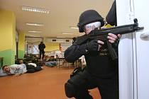 Policejní cvičení v terezínské škole