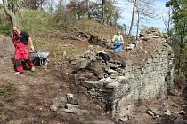 Na obnově hradu se vedle dvou profesionálních zedníků (na snímku) podílí řada dobrovolníků, ale například i Hynek Veselý, předseda spolku Hrady Českého středohoří. Na všechny kroky pravidelně dohlížejí archeologové a památkáři.