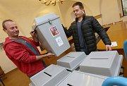 Tak připravovali pracovníci Městského úřadu v Litoměřicích volební urny. Nádoby zamířily ze skladu do jednotlivých volebních místností