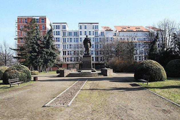 RUDOARMĚJCI V ZÁDECH je dům při pohledu do parku nedaleko náměstí. V domě mají být obchody a především byty.