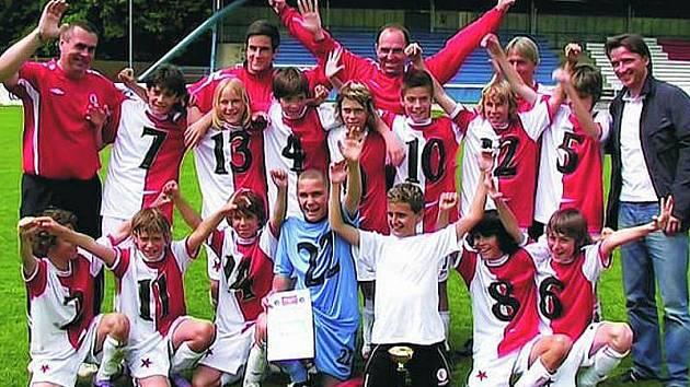 PRVNÍ. Vítězem semifinále Danone Cupu se staly fotbalové naděje pražské Slavie, kterým blahopřál i Vladimír Šmicer – patron turnaje.