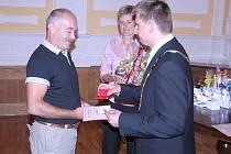Starosta města Roudnice nad Labem Josef Bakeš předává zlatý kříž třetí třídy za osmdesát bezplatných odběrů panu Josefu Nekováři. Stejné ocenění obdržel také pan Zdeněk Wolf.