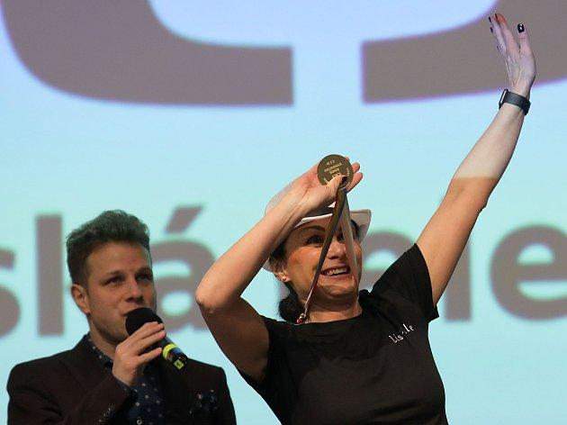 Helena Lísková slaví. Slavnostní vyhlášení soutěže Zlatý Ámos se konalo v hotelu Olšanka v Praze 3.