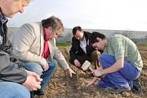 Vedoucí odboru životního prostředí Pavel Gryndler (zleva), ředitel technických služeb Ivo Elman a místostarosta Karel Krejza se seznámili s průběhem výsadby.
