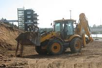 Stará dřevěná tribuna v Labe aréně Račice padla. Na jejím místě vyroste po odbagrování zeminy nové multifunkčí centrum k pořádání doprovodných akcí.