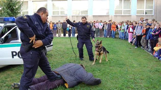 Děti viděly v akci i policejního psa.