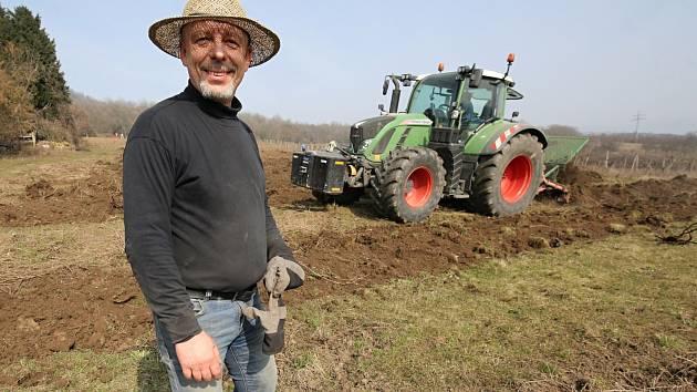 Vinař Dalibor Mikulenko z Velkých Žernosek likviduje šedesát let starý vinohrad v Žalhosticích pod kopcem Radobýl