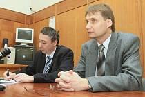 NEVINEN zůstává Otmar Sova po závěrečném stání u litoměřického soudu. Jeho vina na smrti pacientky nebyla prokázána.