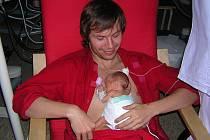 V NEMOCNICI. Na snímku je autor křesla Petr Schwarzbeck s předčasně narozenou Apolenkou. Holčičce je dnes 8 let.