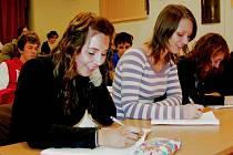 Veronika Tajovská a Ester Kozlovská ze čtvrtého ročníku Gymnázia v Roudnici nad Labem chtějí dál studovat. Podaly si přihlášky na vysoké školy ekonomického směru.