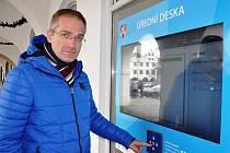 S PŘÍCHODEM nového roku elektronická úřední deska nahrazuje úřední desky v Sovově ulici. Jejich počet tam klesl z původních patnácti na devět a budou je využívat jen některé odboru úřadu, řekl tajemník městského úřadu Milan Čigáš (na snímku).