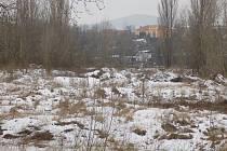 NA POZEMKU se nachází přes 21000 tun odpadu, který může velká voda strhnout do koryta řeky.