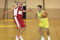 Basketbalisté Slavoje Litoměřice proti Chomutovu neuspěli, podlehli o 13 bodů. Takto se přes Doksanského snažil dostat domácí Peterka.