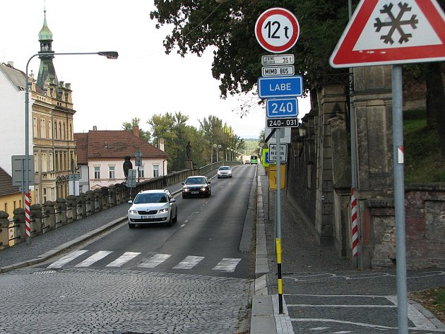 Most přes Labe vRoudnici nad Labem, postavený vletech 1906 –  1910, je ve špatném stavu, nesmí na něj kamiony a zdůvodů úzkého chodníku  je nebezpečný pro  chodce a cyklisty.