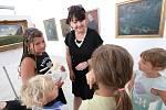 V Galerii moderního umění v Roudnici nad Labem probíhá příměstský tábor. Součástí bylo i malování s profesionální výtvarnicí.