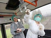 Pracovníci Krajské hygienické stanice odebírají stěry v interiérech trolejbusů a zkoumají je na přítomnost viru žloutenky.