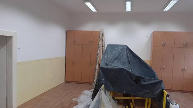 Ve škole se také maluje.