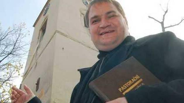 """""""Dneska už lidem vadí i kohoutí kokrhání,"""" poznamenal nad stížnostmi na ranní zvonění zvonu během víkendu farář Tomasz Dziedzic."""
