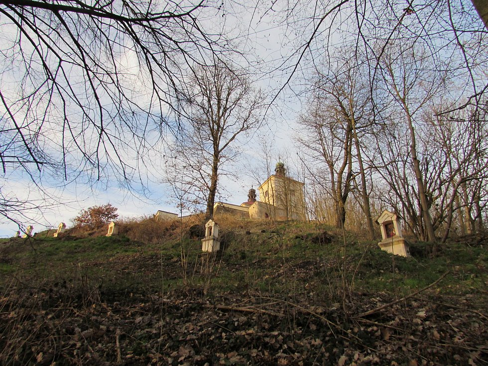 Poutní místo se nachází nedaleko vesničky Ostré u Úštěka.