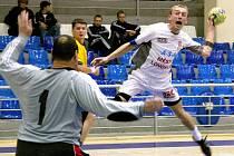 GÓL. Lovosický střelec Radim Vaněk (vpravo) skóruje v úvodním a vítězném utkání Challenge Cupu proti Šachťaru.