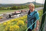 Lovosice, Dobkovičky, dálnice D8 požár zájezdového autobusu, bez zranění. Kolem patnácté hodiny začal na dálnici D8 u Dobkoviček zatím z nezjištěných zájezdový autobus. Ten vyjížděl z Bíliny do jižních Čech a vezl důchodce na týdenní pobyt. Podle jedné z