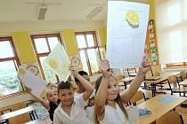 Vysvědčení ve škole v Třebenicích. Ilustrační foto
