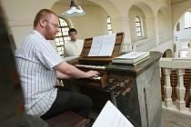 ZNOVU SE ROZEZNĚLY. Varhany liběšického kostela Nanebevzetí Panny Marie jsou v bezútěšném stavu. V roce 1800 je vyrobila varhanářská dílna Tauchmannových. Teď potřebují záchranu.