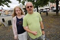 23letá Pavlína Fuksová z Litoměřic chodí po městě většinou zavěšená do tatínka.
