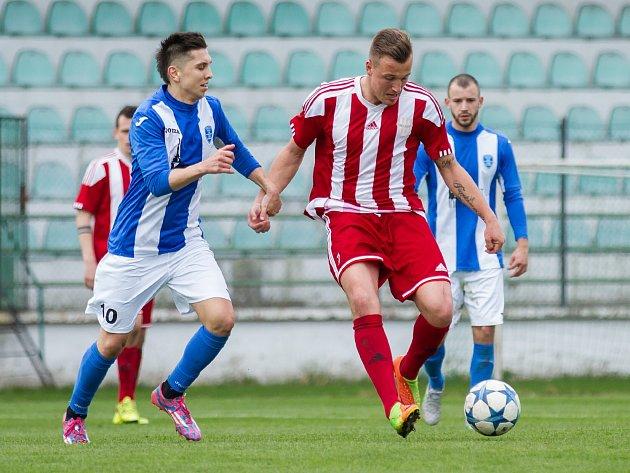 Divizní Brozany vyhrály v Mostě 5:1. Jaroslav Benda (s míčem) se trefil třikrát.