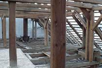 ZÁBĚRY Z PIVOVARU z března 2010, kdy probíhala demolice střechy. Toto jsou dnes již zlikvidované krovy.