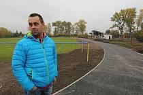 NOVÝ OKRUH PRO IN-LINISTY v Polepech bude podle starosty obce Zbyňka Hodyse (na snímku) dokončený za čtrnáct dní. Jeho slavnostní otevření se však nejspíš posune až na jaro.