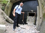Policie zkoumá místo, kudy neznámý vetřelec vnikl do podzemní továrny Richard