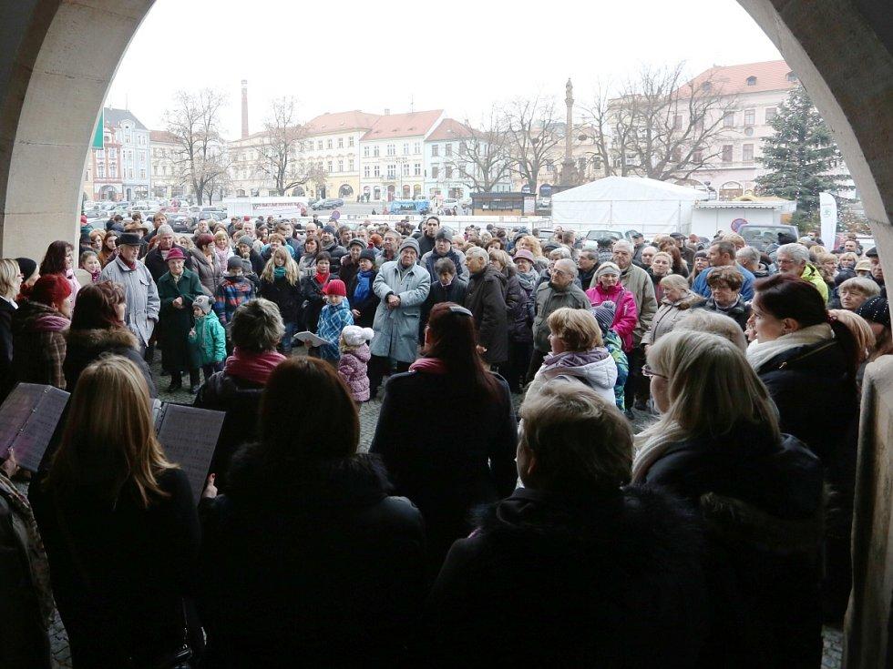ŠTĚDRODENNÍ ZPÍVÁNÍ sboru Cantica Bohemica na náměstí v Litoměřicích.