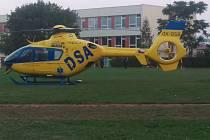 Popáleného muže přepravil do nemocnice vrtulník