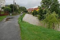 Sobota 7. srpna 13:11 hodin: Býčkovice. Na chviličku přestalo pršet, v potoce je o 1,5m více vody než obvykle.