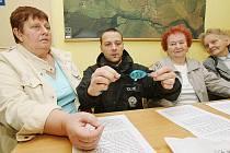 Policisté seznamují seniorky s osobním alarmem.
