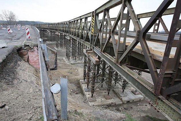 Kamiony jedoucí z Mělníka do Štětí již mohou využívat provizorního přemostění trati. Nemusí jezdit přes Roudnici.