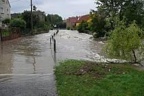 Sobota 7. srpna 19:24: Býčkovice. Vyčasuje se, voda pomaličku klesá.
