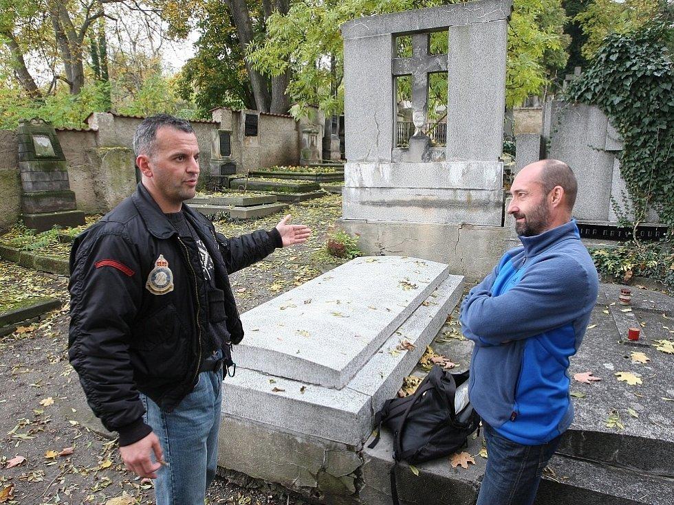 NALEZENÝ hrob Ladislava Valníčka (snímek nahoře). Na spodní fotografii ukazují Tomáš Rotbauer (vpravo) a Pavel Malý desku, která bude na hrobě od pátku.