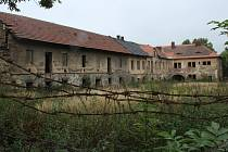 Současný stav bývalé zájezdní hospody s hospodářským dvorem ve Velemíně.