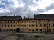 Vítr neušetřil ani historický objekt Žižkových kasáren v Terezíně.