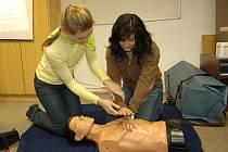 ČESKÝ  ČERVENÝ KŘÍŽ  má k dispozici modely a simulátory, na kterých si lze nejlépe vyzkoušet praktické znalosti první pomoci. Model pro výuku resuscitace a umělého dýchání monitoruje sílu a frekvenci stlačování hrudníku i vdechování.
