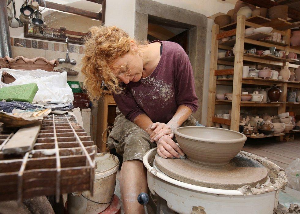 Ester Polcarová na keramickém sympoziu v Levíně
