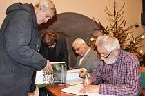 Knihu si lidé mohli v hradu za zaváděcí cenu nejen zakoupit, ale po skončení křtu si ji také nechat od obou autorů podepsat.