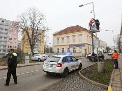 Pracovníci technických služeb a technik městské policie Pavel Frk instalují novou mobilní kameru městského kamerového systému v ulici Masarykova.