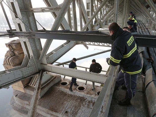 VE ČTVRTEK pilíř prohlíželi policisté i hasiči. Vrátili se v pondělí.