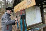 První půjčovna trekingových holí nově vznikla na jedné z přístupových cest na Milešovku v obci Bílka.